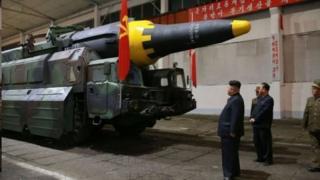 رهبر کره شمالی در حال تماشای یک موشک