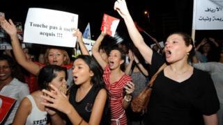 """نساء تونسيات يتظاهرن خلال العيد الوطني للمرأة بلافتات كتب عليها """"لا تمس حقوقي"""""""