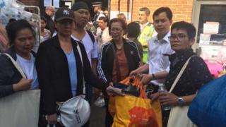 ครอบครัวนางแววตา ศุภฤกษานนท์ รับสิ่งของช่วยเหลือจากเจ้าหน้าที่สถานทูตไทยในกรุงลอนดอน