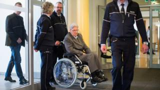 Reinhold Hanning (2-R) arrives for another day of his trial in Detmold, Germany (29 April 2016)