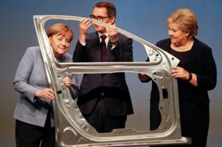 La canciller alemana Angela Merkel, el presidente y director ejecutivo de la empresa noruega de aluminios Hydra, Svein Richard Brandtzaeg, y la primera ministra noruega Erna Solberg