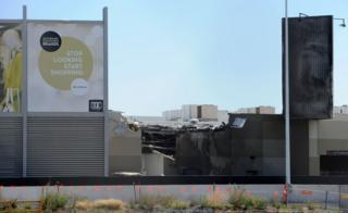 事故機は開店前のショッピングセンターに突っ込んだ(21日、メルボルン)