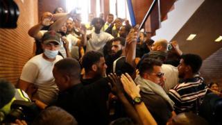 Belediye binasındaki eylemciler.