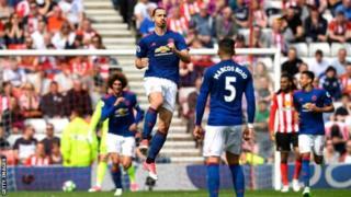 Zlatan Ibrahimovic ayaa 17 gool ka dhaliyay Horyaalka Ingiriiska ee xilli ciyaareedkan, tiradaas oo la mid ah goolasha uu Chelsea u dhaliyay Diego Costa