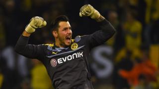 Roman Bürki celebra un gol del Borussia Dortmund
