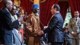 Perezida Hollande aramukanije n'umwe mu basaza bagwaniye Ubufaransa