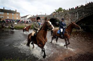 Jinetes galopan con sus caballos en el marco del festival de Musselburgh en East Lothian, Escocia. Los participantes de esta ceremonia cruzan el río Esk junto al puente Romano.