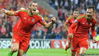 Gareth Bale ac Aaron Ramsey yn dathlu yn erbyn Gwald Belg