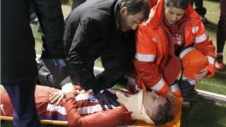 Fernando Torres en una camilla es atendido por los servicios de emergencia.