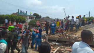 Rescatistas trabajan en el edificio colapsado