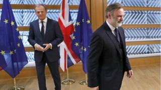 AB Komisyonu Başkanı Donald Tusk ve İngiltere'nin AB Büyükelçisi Tim Barrow