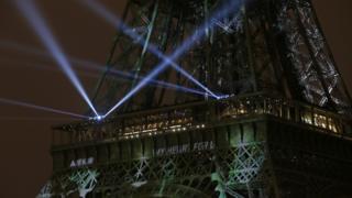 COP21開催を歓迎するライトアップがパリのエッフェル塔を彩った(29日)