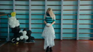 дівчинка стоїть у спортивному залі школи №3 в Миколаївці
