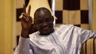 Le président élu de la Gambie, Adama Barrow, a déclaré à la BBC qu'il se proclamera président le 18 janvier si Yahyah Jammeh venait à ne pas démissionner.