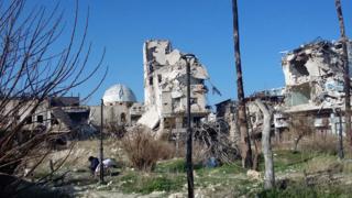 Люди, які втратили дім, сплять у руїнах