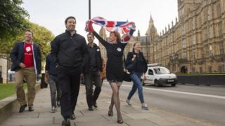 Britânicos que apoiavam a saída da UE comemoram vitória em Londres na sexta