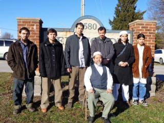 ดร.สมบัติ กับลูกชายทั้ง 6 คนในพืธีศพมารดาของพวกเขา
