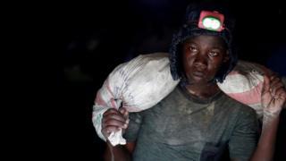 Wani matashi mai hakar ma'adinai a mahakar gwal ta Makala da ke kusa da garin Mongbwalu da ke lardin Ituri ,a gabashin jamhuriyar Dimukradiyar Congo, a ranar 7 ga watan Afrilu, 2018.