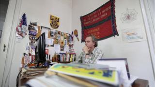 Luis Fondebrider en su oficina