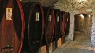 Barricas de vino en el túnel que lleva a la taberna
