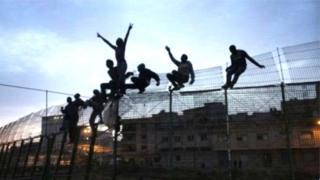 Ils ont franchi la haute barrière frontalière qui sépare le Maroc et l'Espagne.