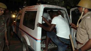La police indienne évacuant des ressortissants africains lors des violences dans le Grand Noida, près de New Delhi