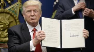 特朗普在五角大楼展示他刚签署的行政命令(27/1/2017)