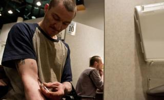 バンクーバーの安全な注射施設で麻薬を打つ常習者