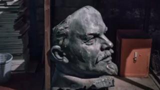 Un busto de Vladimir Lenin en un depósito