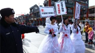 中國女權活動人士抗議家庭暴力。