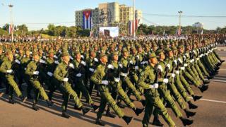 Militares de Cuba participan en un desfile en honor a Fidel Castro el 2 de enero de 2017.