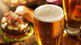 Pinta de cerveza y una hamburguesa