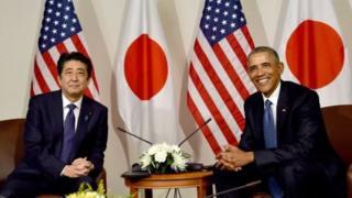 Mr Abe da shugaba Barrack Obama sun ajiye furanni a wani bikin addu'o'i