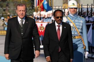 Turkish President Recep Tayyip Erdogan (L) accompanies Somalia's President Mohamed Abdullahi Mohamed past the honour guards