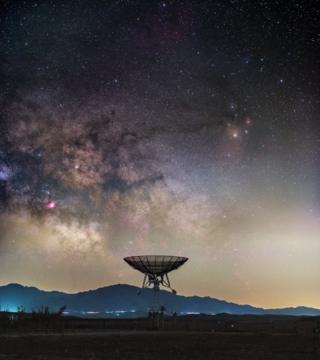 Кытайдын Улуттук астрономиялык обсерваториясындагы станциянын үстүндөгү асмандан көрүнгөн Саманчынын жолу. Сүрөттүн автору Хайтун Юй.