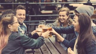 Amigos bebendo cerveja