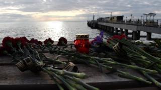 Цветы в память о погибших в авиакатастрофе в Сочи