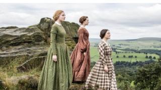 Las hermanas Bronte miran al horizonte, representadas en un docudrama de la BBC
