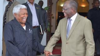 Rais wa Tanzania Dkt. John Pombe Magufuli akifurahia jambo na Rais mstaafu wa awamu ya pili Mzee Ali Hassan Mwinyi baada ya mazungumzo yao ikulu jijini Dar es Salaam.