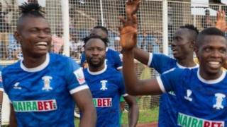 Mchezaji wa shooting Stars nchini Nigeria Izu Joseph kushoto