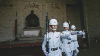 有蔣介石銅像的中正紀念堂內,海軍儀隊正在進行換衛兵儀式。