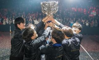 SKT Telecom T1 with the Summoner's Cup