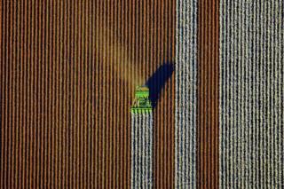 Máquina trazando líneas en la tierra