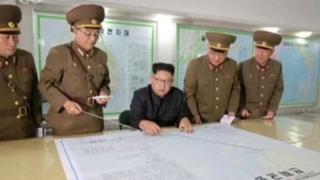 Prezida wa Korea ya Ruguru akikijwe n'abakuru ba gisirikare
