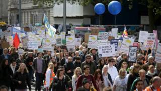 倫敦的參與者從科學博物館遊行到議會大廈。