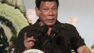 """le personnage principal donne un coup de poing au """"nouveau président philippin non conventionnel"""", qui se retrouve le nez en sang"""
