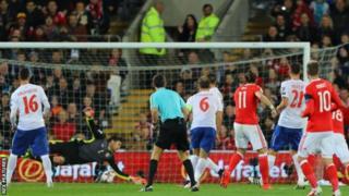 Muda mfupi baada ya Bale kupiga mwamba wa goli,Mitrovic alifunga na kuwanyamazisha mashabiki wa Wales waliojaa katika uwanja wa Cardiff.