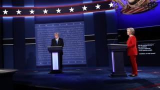 討論会に登壇したトランプ氏とクリントン氏(26日)