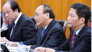 Ông Nguyễn Xuân Phúc (giữa)