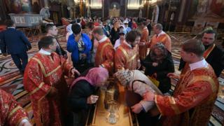 Creyentes ortodoxos rusos hacen cola para besar las reliquias de San Nicolás en la iglesia Cristo Salvador en Moscú.